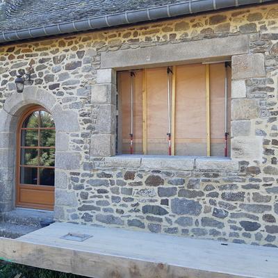 Ouverture d''un mur pierre pour création d''une fenêtre et condamnation d''une porte de garage